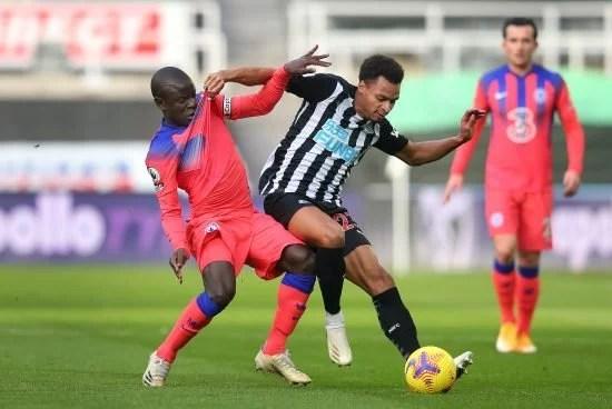 N'Golo Kanté tenta desarme no atleta do Newcastle. Por fim, vitória da equipe de Londres por 2 a 0, em St. James Park.