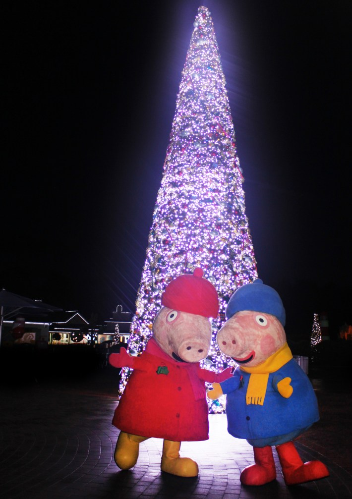 peppa-and-george-in-front-of-the-musical-christmas-tree