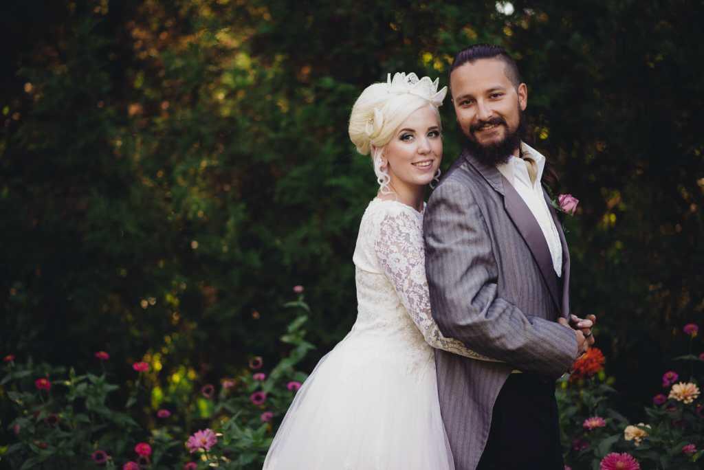 bride and groom cuddle at parkwood estate