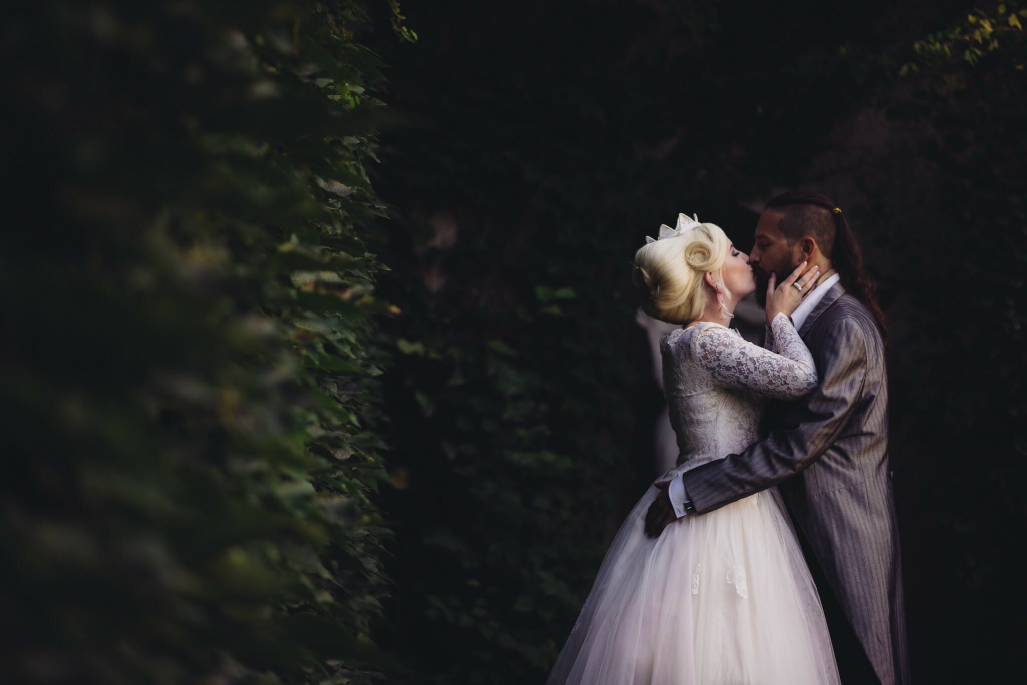 couple kiss at parkwood estate oshawa