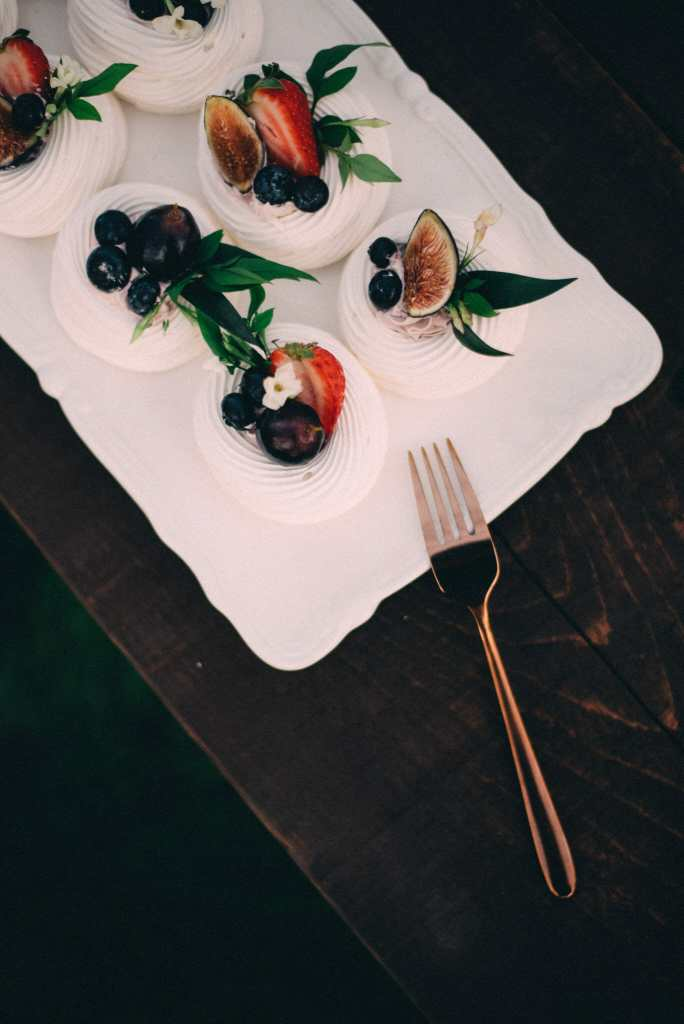 pavlovas with figs, blueberries and flowers