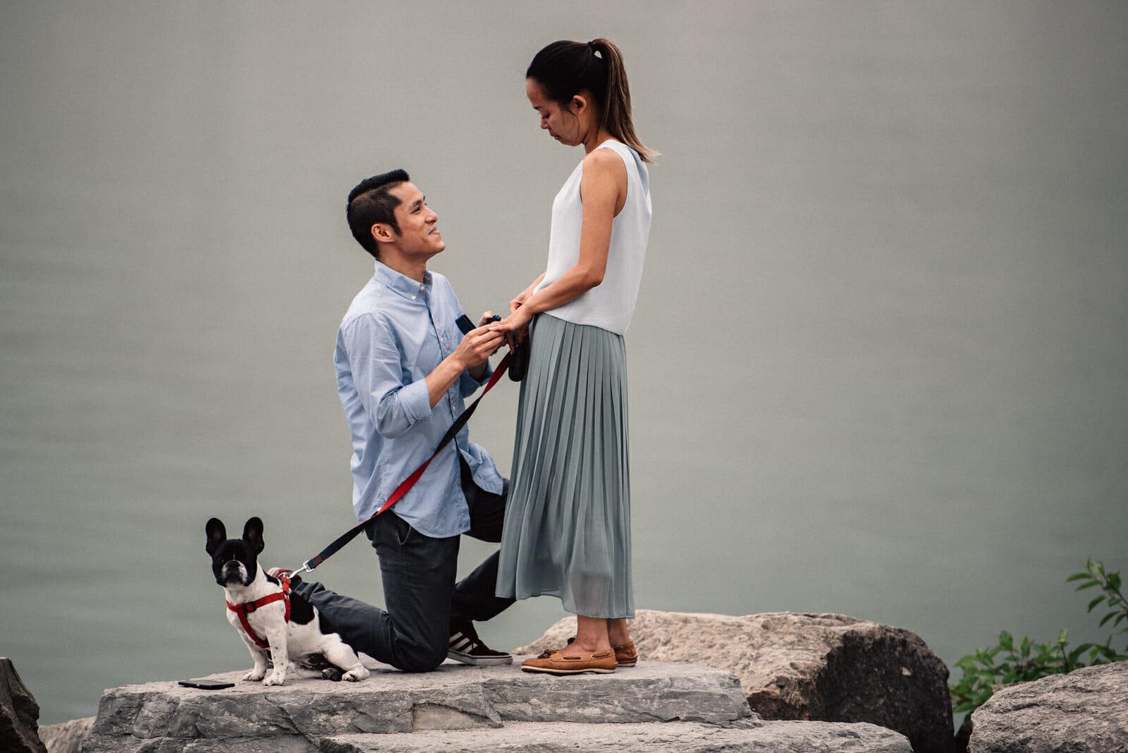 boyfriend asks girlfriend to marry him on rocks at scarborough bluffs