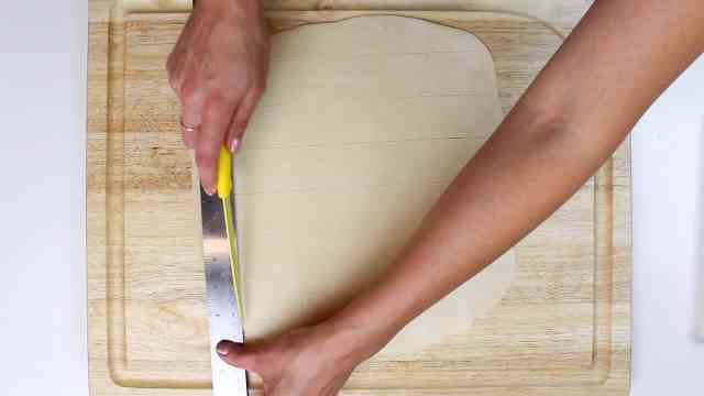 adding lines to pastry dough