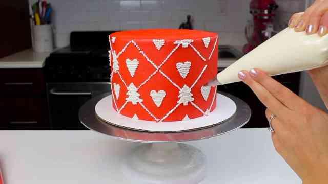 piping pattern onto sweater cake-2