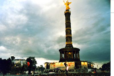 """Blick vom """"Chemnitztruck"""" auf die Siegessäule - Loveparade 2002"""