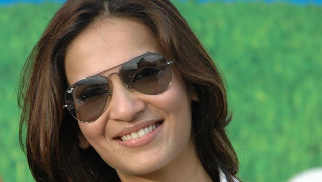 Soundarya Rajinikanth's car hits auto