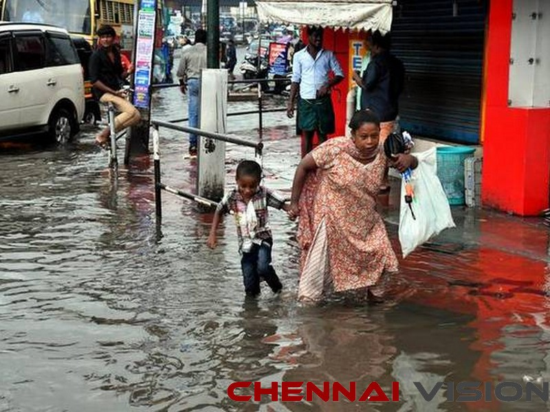 TN CM gives Rs 5 crore to Kerala for flood relief