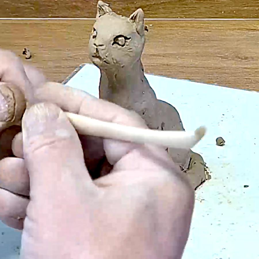פיסול חתול מחמר טבעי