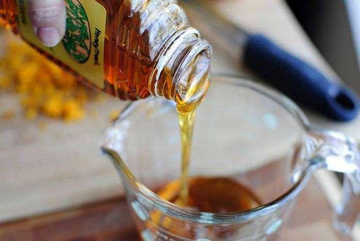 Смажьте ложку растительным маслом, чтобы мед не прилипал к ней.