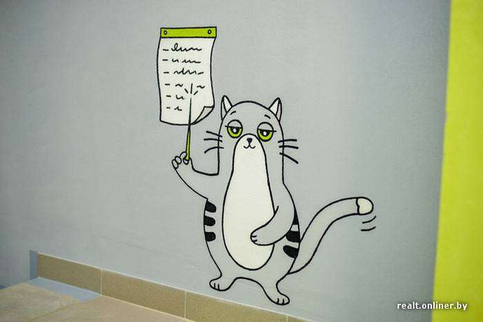 На стенах подъездов  новостройки «поселился» забавный кот (13 фото)