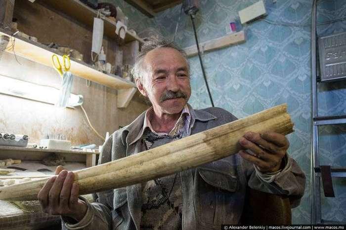 Как из бивня моржа делают сувениры (19 фото)