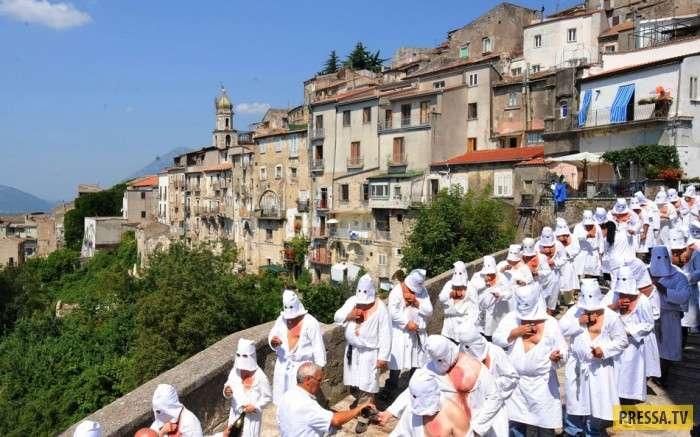 Религиозный фестиваль BIZARRE в Италии (10 фото)