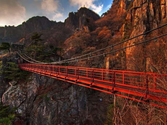 7 мостов мира, пройти по которым хватит храбрости далеко не каждому