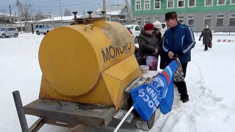 Во Владимирской области на митинге КПРФ единороссы бесплатно разливали молоко