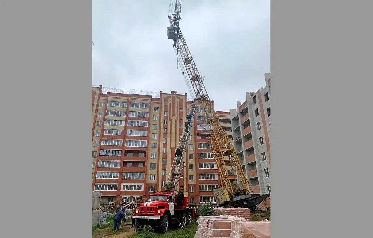 В Александрове башенный кран чуть не рухнул на многоэтажку