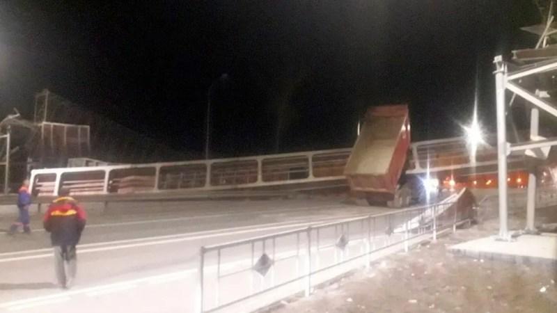 На трассе М-7 грузовик снес надземный пешеходный переход