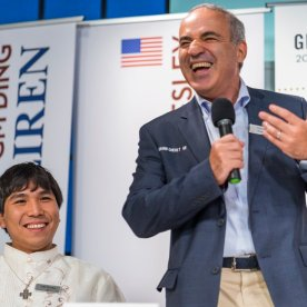 Wesley So is sharing jokes with former world champion Garry Kasparov at the awarding ceremony of Sinquefield Cup 2016.
