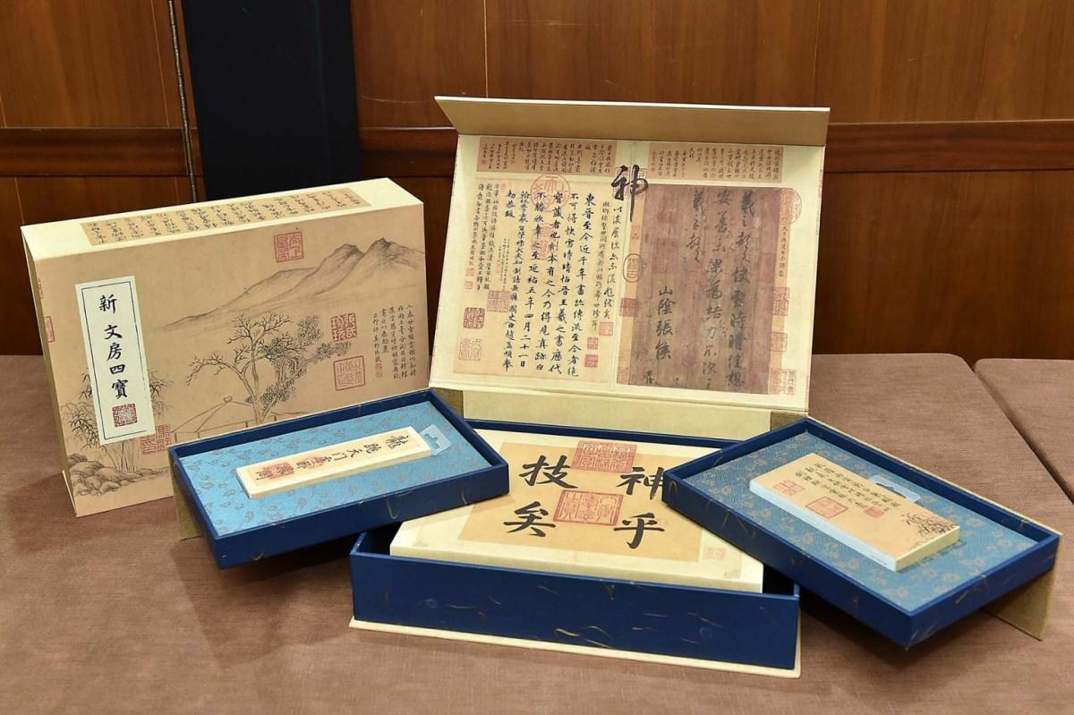 台灣微軟攜手故宮精品推出的聯名筆電套裝「新文房四寶」,以王羲之的墨寶《快雪時晴帖》作為產品包裝