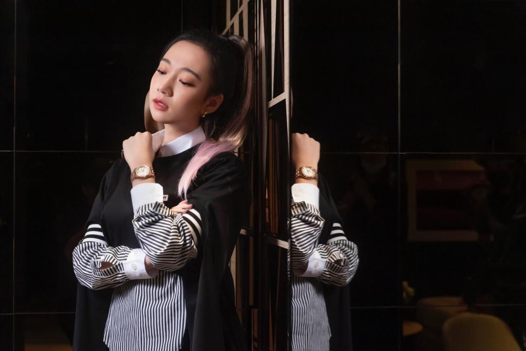 吳卓源配戴愛彼34毫米皇家橡樹系列自動上鍊腕錶