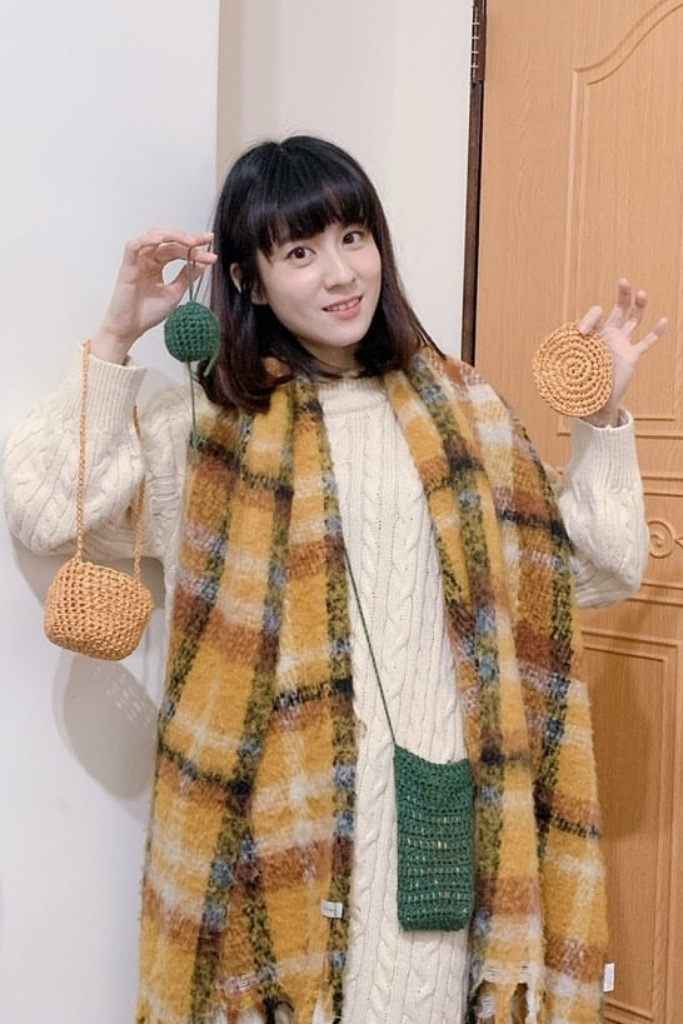連俞涵喜歡手織小物,親自織了10幾個手機套給劇組工作人員