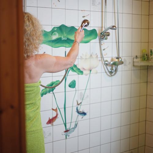 Salle de douche utilisé par une cliente, ChezAstrid.ch - Espace Santé à Marin