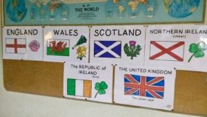 posters des pays des iles britanniques, accrochés sur un panneau en liège.