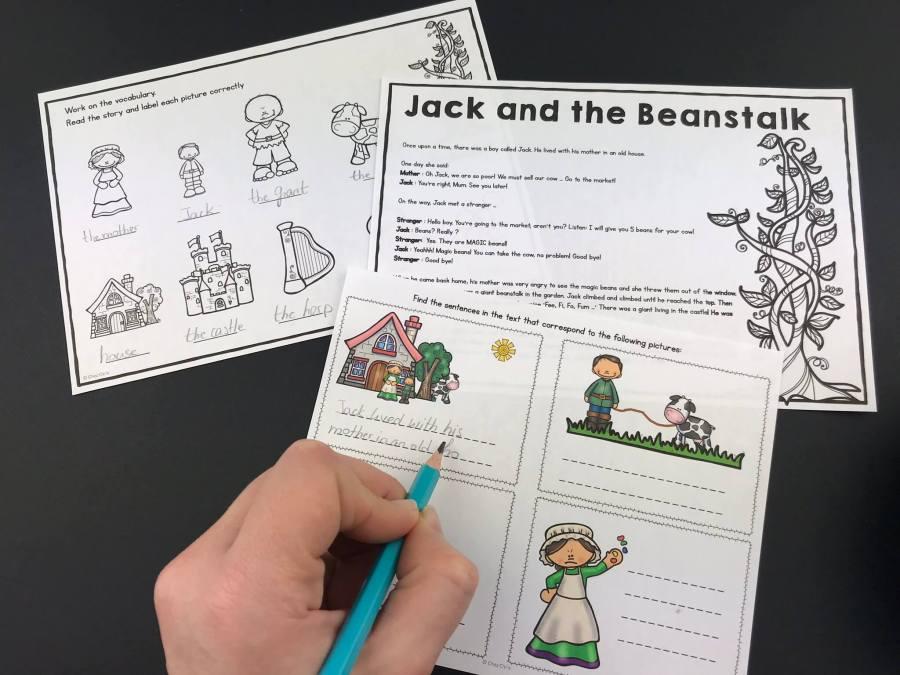 La main d'un élève qui complète l'étude de texte de Jack et le haricot magique. Le conte est utilisé pour étudier le prétérit en anglais.
