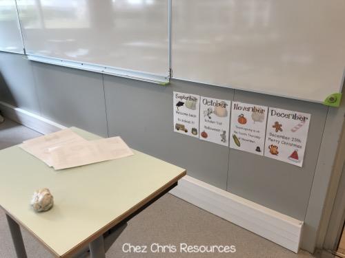 installation des posters dans la salle d'anglais sous le tableau en tout début d'année scolaire
