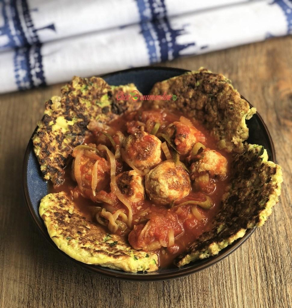Galettes courgette avoine et boulettes de dinde à la tomate avec spaghettis de courgette.