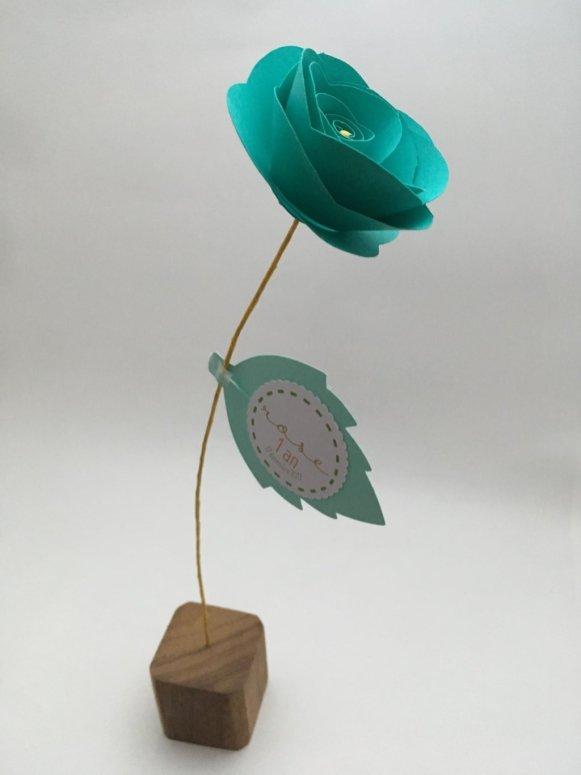 rose en papier fleur bleue