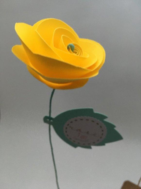 rose en papier fleur jaune