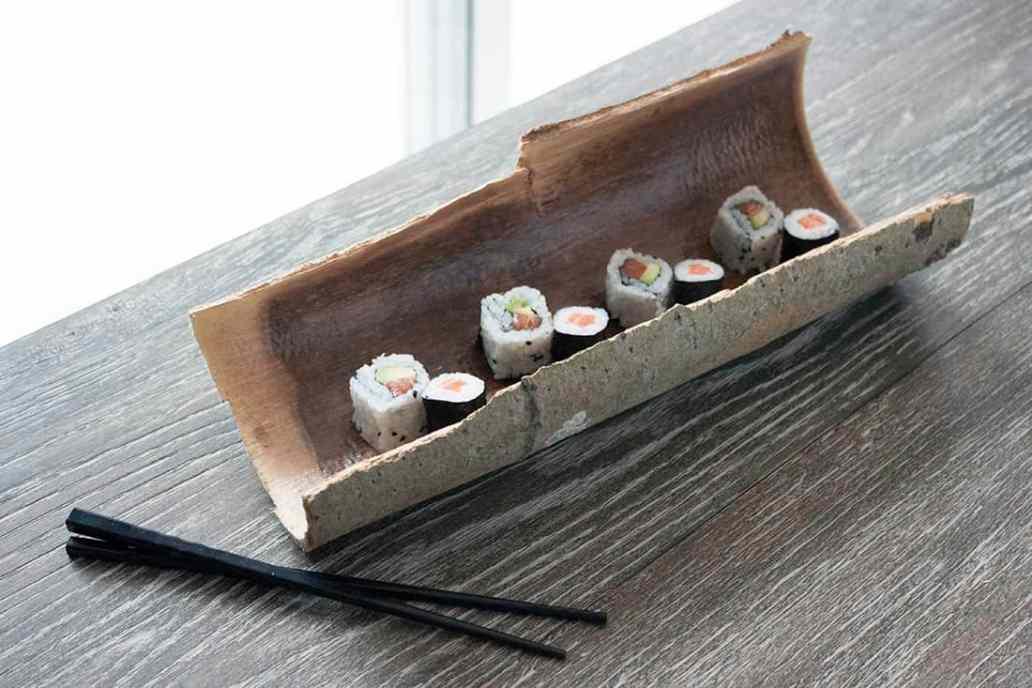 plat a sushi en ecorces et baguettes - Transformer des écorces en plat décoratif