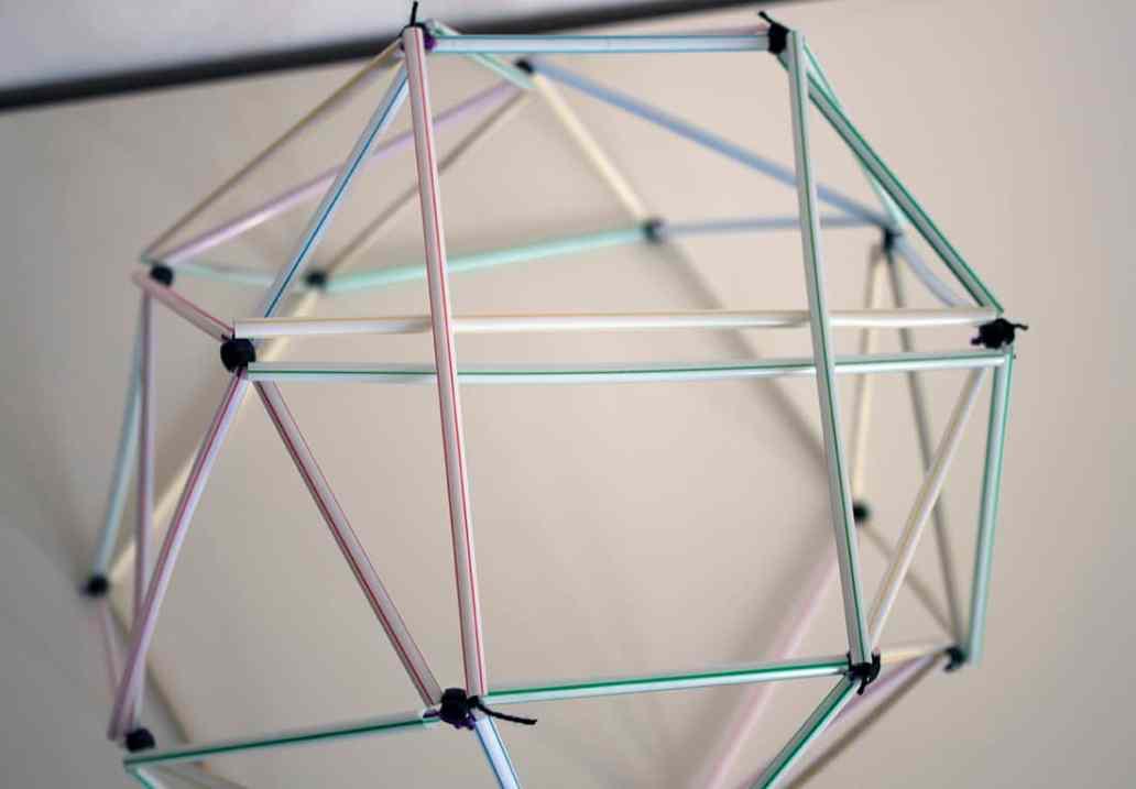 installation des dernières pailles - Fabriquer un lustre géométrique avec des pailles