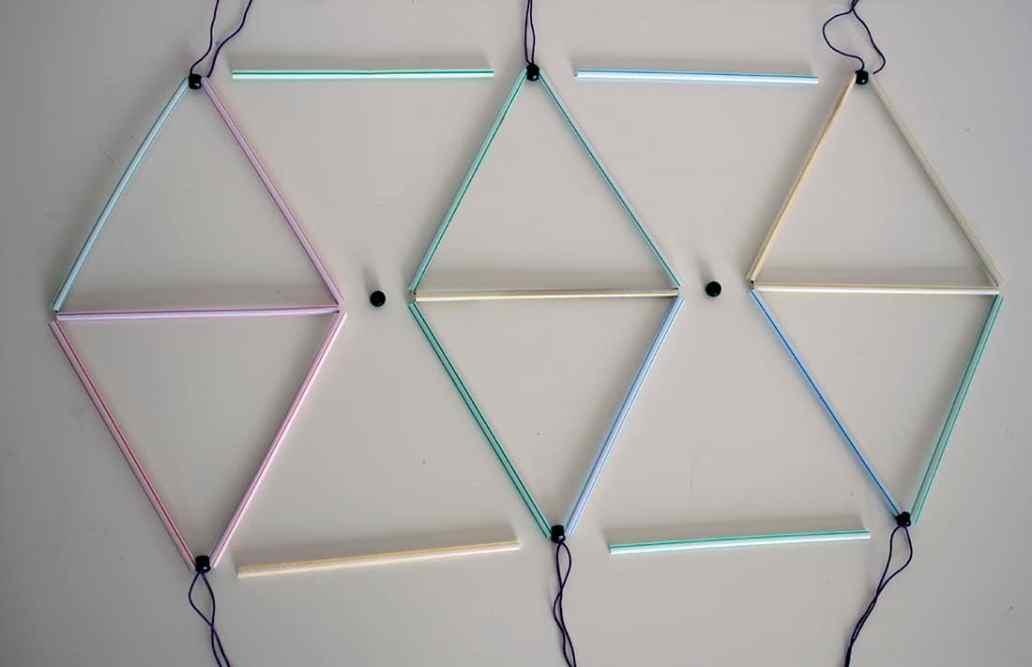 assemblage des losanges en pailles pour le lustre - Fabriquer un lustre géométrique avec des pailles