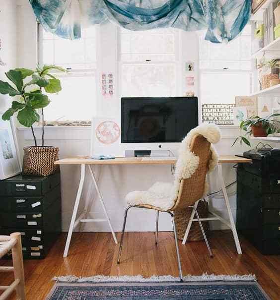 un bureau boheme avec rideaux hippie