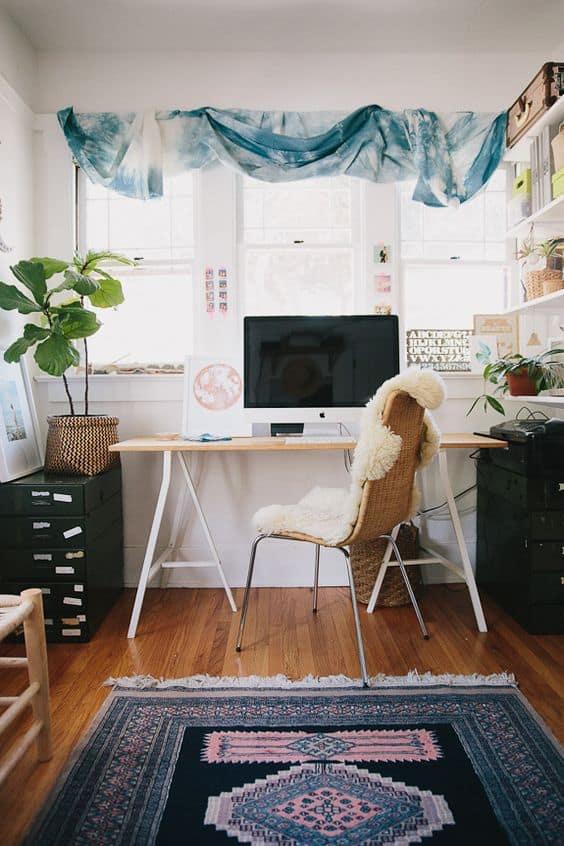 un bureau boheme avec rideaux hippie - Un intérieur bohème pour une impression de voyage