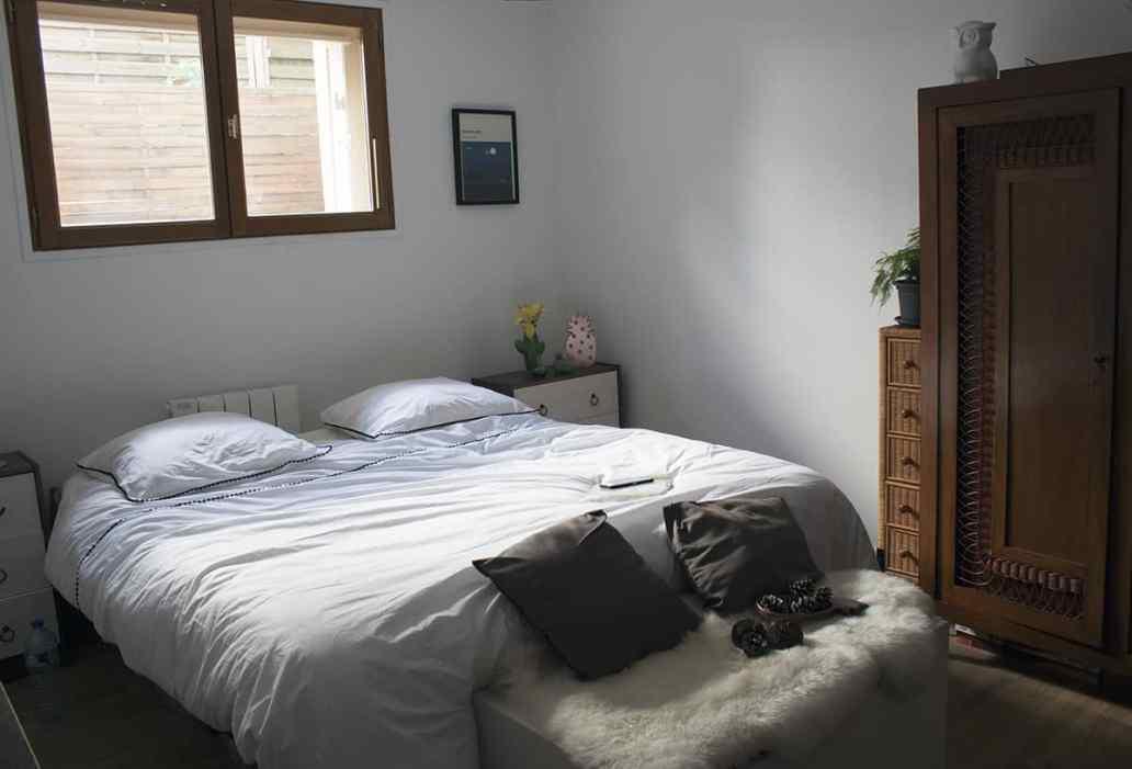 chambre boheme avec meuble en bosi et linge de lit blanc - J'ai testé pour vous le linge de lit blanc avec La Compagnie du Blanc