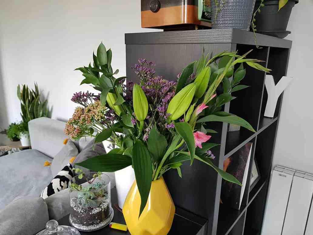 bouquet blooms vase jaune deco - Bloom's, une box de fleurs remplie de charme