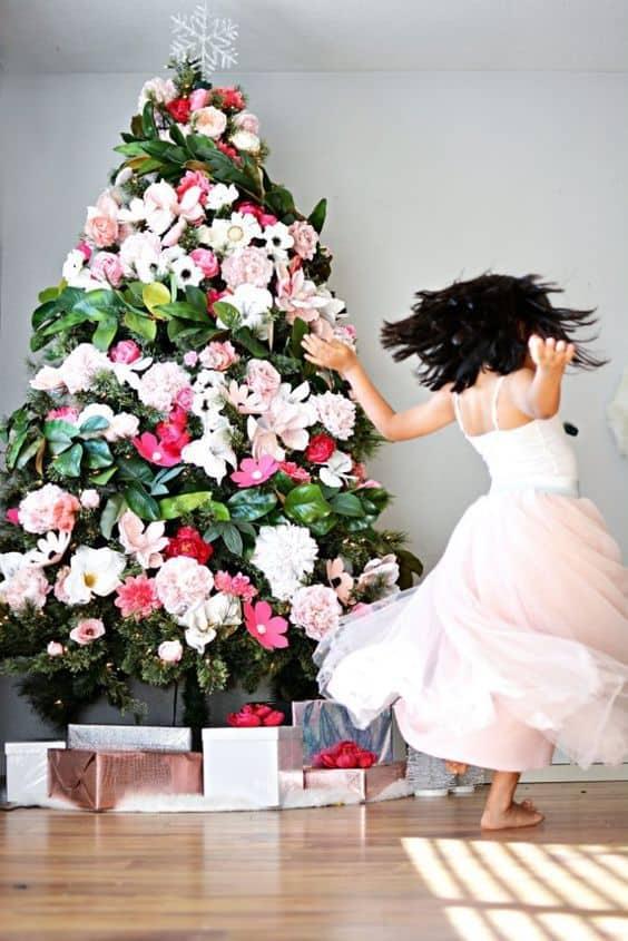 sapin decore avec des fleurs - Le sapin de Noël : comment réussir à le décorer ?