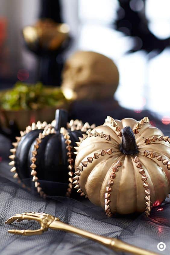 decorer une citrouille d'halloween avec des clous et pique