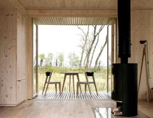 maison écologique en bois avec poêle
