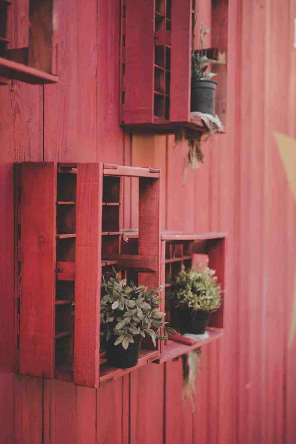 daniel tafjord 778043 unsplash 1366x2048 - 5 idées de recyclage pour tous les amoureux des travaux DIY !