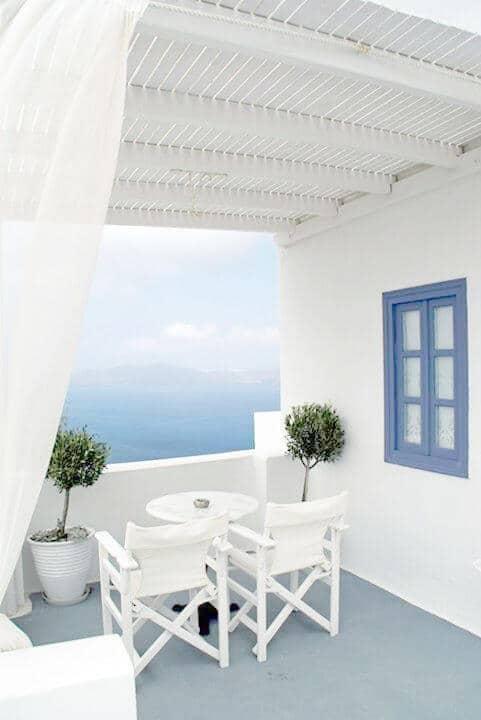 balcon avec une décoration grecque et vue sur la mer  - Réussir une décoration d'inspiration grecque