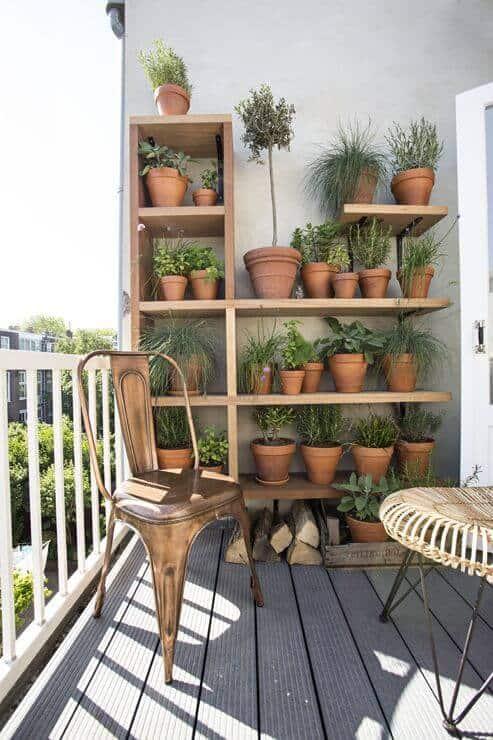 chaise sur balcon avec etagère et pot en terre cuite - 8 gestes simples pour réduire la pollution de l'air intérieur