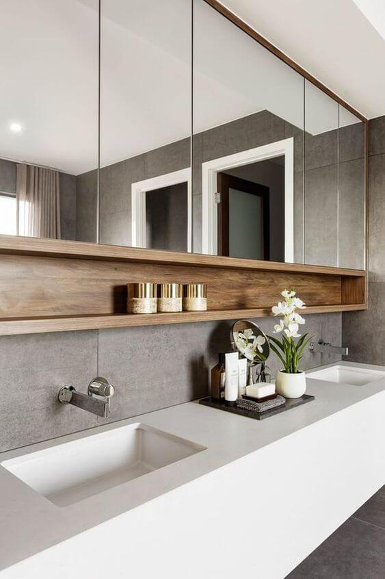 salle de bains avec miroir et etagère en bois  - Choisir les meubles de la salle de bains