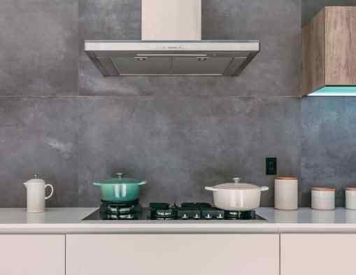 cropped le creuset 04rqqMN x7Q unsplash 2 - Aménager une cuisine dans une pièce étroite