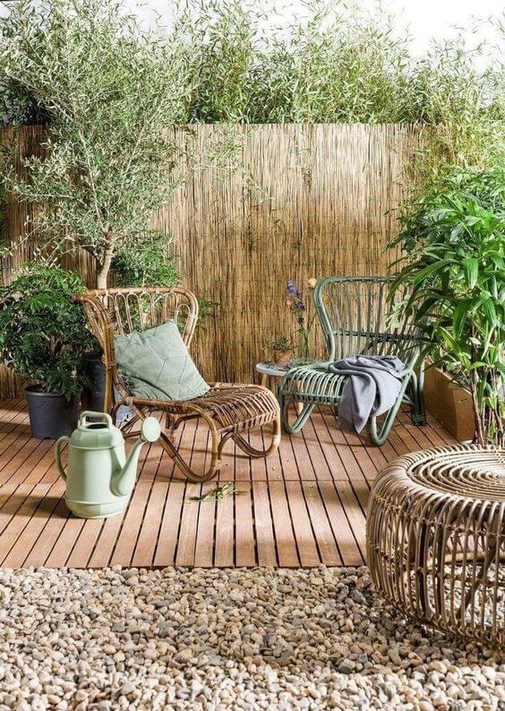 terrasse en bois avec fauteuil en rotin  - Quel matériau pour ma terrasse choisir ?