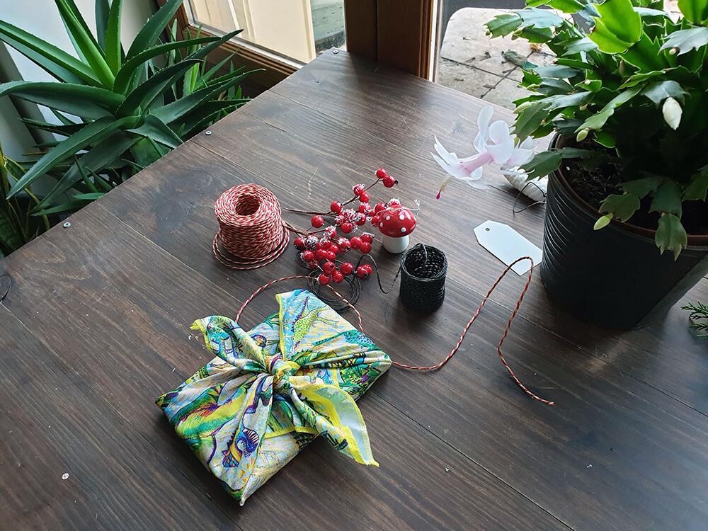 Emballage cadeau zéro déchet avec un foulard furoshiki - 7 idées d'emballage cadeau zéro déchet faciles à reproduire