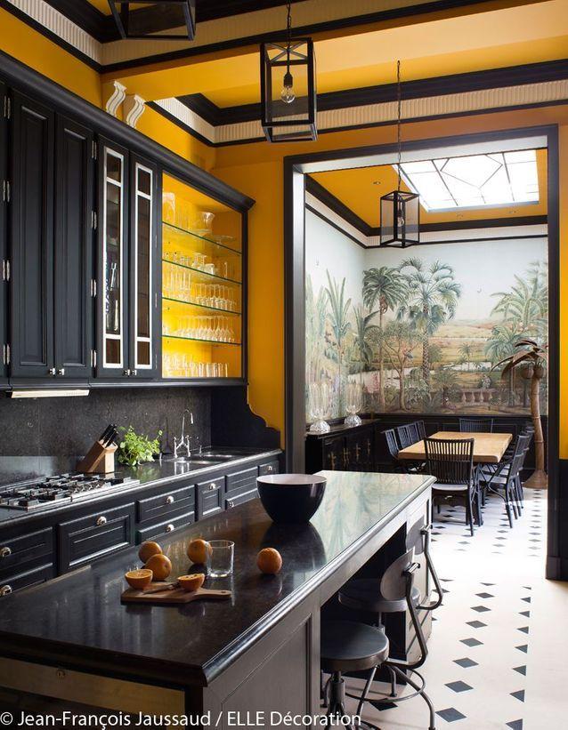 Une cuisine jaune et noire a la decoration coloniale venue du Bresil - La déco du Brésil : un style tropical mêlé à une ambiance bohème