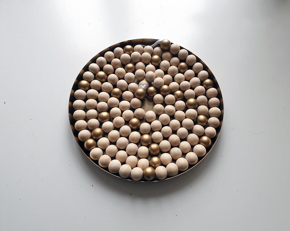 un plateau doré pour diy couronne de lavent avec perle en bois brut et doré - Fabriquer une couronne de l'Avent zéro déchet